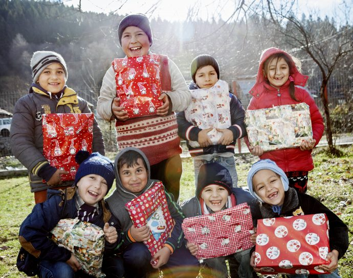 Barn i förstaklass med Moise i mitten i svart mössa. Byn Bughea de Sus, Rumänien.